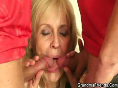 Blonde granny pleases two..